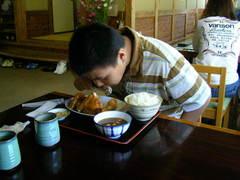食べる息子.JPG