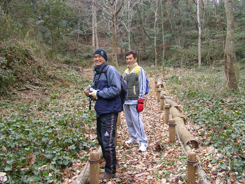 ユリノキ谷を歩く二人.JPG