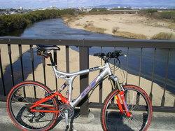 矢作川と自転車.JPG